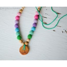 Collier d'allaitement et de portage - colori arc-en-ciel pastel et bouton en bois