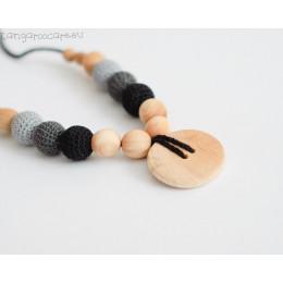 Collier d'allaitement et de portage - colori gris / noir et bouton en bois