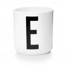 Tasse en porcelaine E